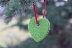 Dekorationen auf dem Weihnachtsbaum, der im Freien, Dekorationen Baum neuen Jahres steht Stockbilder