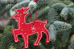 Dekorationen auf dem Weihnachtsbaum, der im Freien steht Baum des Dekorations-neuen Jahres Der Platz für text vorgewählt Stockfotografie
