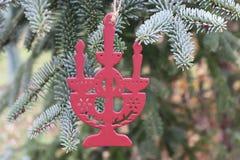 Dekorationen auf dem Weihnachtsbaum, der im Freien steht Baum des Dekorations-neuen Jahres Der Platz für text vorgewählt Stockfoto