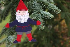 Dekorationen auf dem Weihnachtsbaum, der im Freien steht Baum des Dekorations-neuen Jahres Der Platz für text vorgewählt Lizenzfreies Stockfoto