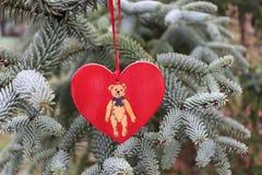 Dekorationen auf dem Weihnachtsbaum, der im Freien steht Baum des Dekorations-neuen Jahres Der Platz für text vorgewählt Lizenzfreie Stockfotografie