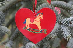 Dekorationen auf dem Weihnachtsbaum, der im Freien steht Baum des Dekorations-neuen Jahres Der Platz für text vorgewählt Stockbild