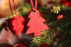 Dekorationen auf dem Weihnachtsbaum, der im Freien steht Baum des Dekorations-neuen Jahres Sehr selektiver Fokus und verwischen a Lizenzfreies Stockbild