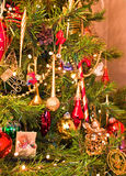 Dekorationen auf einem Weihnachtsbaum Stockfotografie
