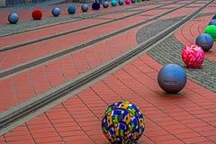Dekorationen auf einer Straßenpflasterung mit tramlines Stockbild