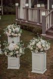 Dekorationen auf Hochzeitstafelblumen Stockfotos