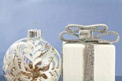 Dekorationen der weißen Weihnacht auf blauem Hintergrund Stockfoto