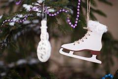 Dekorationen der weißen Weihnacht auf dem Baum Lizenzfreie Stockfotografie