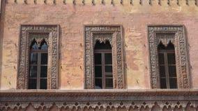 Dekorationen des alten Hauses des Kaufmannes in Marktplatz delle Erbe in Mantua stock video