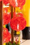 Dekorationen des Chinesischen Neujahrsfests mit Laternen und Umschlägen stockfotografie