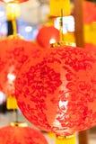 Dekorationen des Chinesischen Neujahrsfests mit Laternen und Umschlägen lizenzfreie stockfotos