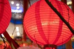 Dekorationen des Chinesischen Neujahrsfests mit Laternen und Umschlägen stockfoto