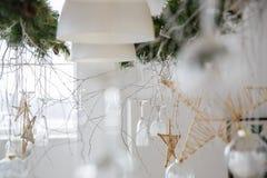 Dekorationen des neuen Jahres in Form von den hängenden Weingläsern und -sternen eigenhändig gemacht und die Niederlassung des We Stockfoto