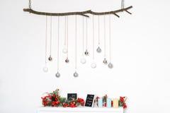 Dekorationen des neuen Jahres mit bereiften roten Beeren, Kerzen und Silberbällen auf Baumast Süße Dekoration frei Stockfotos