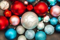 Dekorationen des neuen Jahres und des Weihnachten auf dunkler Hintergrundnahaufnahme lizenzfreies stockbild