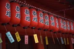 Dekorationen des Tempels am Schrein Fushimi Inari Stockbilder