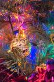 Dekorationen, die an einem Weihnachtsbaum hängen Lizenzfreies Stockbild