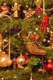 Dekorationen, die an einem Weihnachtsbaum hängen Stockfotos