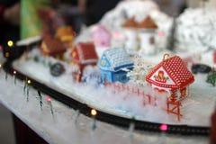 Dekorationen für den Weihnachtsbaum stickten mit einem Kreuz in roten und weißen Tönen stockfotografie