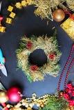 Dekorationen für die Herstellung des Weihnachtskranzes Lizenzfreie Stockfotos
