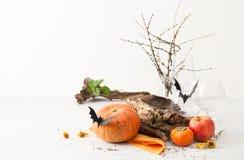 Dekorationen für Halloween mit Schlägern auf Weiß Lizenzfreies Stockfoto