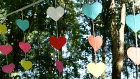 Dekorationen in Form von den Herzen gehangen in den Garten stock video