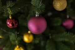 Dekorationen, Purpur und Goldkugeln auf Weihnachten Stockfotografie