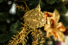 Dekorationen und Goldkugel auf Weihnachten Lizenzfreie Stockfotos