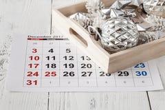 Dekorationen und Kalender mit dem Weihnachtstag heraus markiert stockfoto