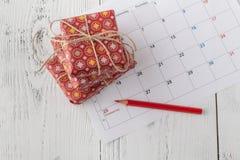 Dekorationen und Kalender mit dem Weihnachtstag heraus markiert lizenzfreie stockfotografie