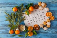 Dekorationen und Kalender mit dem Weihnachtstag heraus markiert lizenzfreies stockfoto