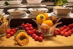 Dekorationen von der Nahrung während des internationalen Kücheabendessens draußen gegründet am Inselrestaurant stockfotografie