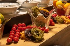 Dekorationen während des internationalen Kücheabendessens draußen gegründet am Inselrestaurant lizenzfreies stockfoto