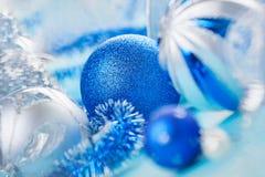 Dekorationkugel des neuen Jahres auf Blau Lizenzfreies Stockfoto