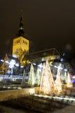 Dekorationleuchten und alte hohe Kirche in Tallinn Stockfotos