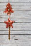 Dekorations-Schnur mit Weihnachtsbaum und Weihnachtsstern-Samt-Verzierungen auf verwittertem hölzernem Hintergrund lizenzfreies stockfoto