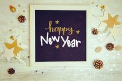 Dekorations- und Gegenstandebene des neuen Jahres legen Foto mit schwarzem Tafelrahmen Lizenzfreie Stockfotos