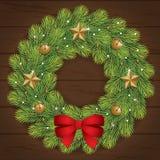 Dekorations-Weihnachtskranz auf hölzernem Hintergrund Stockbild