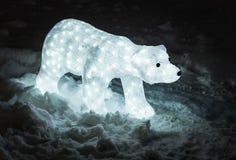Dekorationsbär in den Lichtern mit Schnee Lizenzfreies Stockfoto