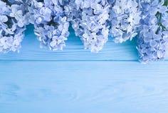 Dekorationsbeitragsfrühjahrgrußjahrestags-Muttertagesgeschenkfeiertag der schönen neuen Blüte lila auf einer hölzernen Hintergrun Stockfoto