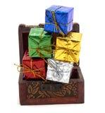 Dekorationsgeschenkbox mit Schatztruhe Stockfotos