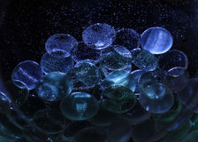 Dekorationsglassteine unter Wasser mit Luftblasen Stockbild