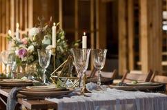 Dekorationshochzeitstafel vor einem Bankett Hochzeitsfest Viele Weingläser auf grüner Tabelle Stockfotografie