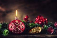 Dekorationskerze auf dem goldenen Hintergrund Weihnachtsbrennende Kerze mit Weihnachtsdekorationen Stockfotos