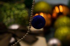 Dekorationsklassiker des roten Balls der neues Jahr Weihnachtsballwinterdekoration hängender Lizenzfreies Stockbild