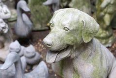 Dekorationssteinskulptur in der Hundeform Lizenzfreies Stockfoto