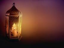 Dekorativ arabisk lykta med bränningstearinljuset som glöder på natten Hälsningkort, inbjudan för muslimsk gemenskaphelgedom Arkivbilder