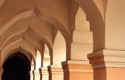 Dekorativ båge i folkkorridoren av thanjavurmarathaslotten Royaltyfri Bild