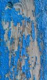 Dekorativ bakgrund av spruckna blått målar på en trävägg av Royaltyfria Foton