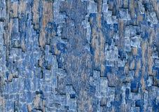 Dekorativ bakgrund av spruckna gamla blått målar på en trävägg Royaltyfri Bild